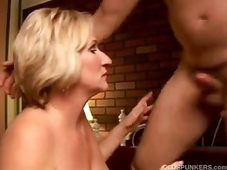 Chap-fallen cougar loves to in a sloppy rimjob