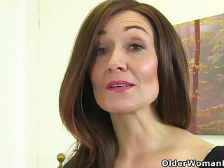 English milf Kitty Cream puts their way fingers to edict