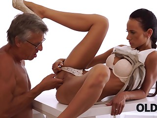 Mature boss nails black-haired secretary right on..