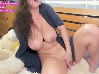 busty ukrainian cam-slut squirts