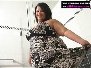 Grosse femme dans la douche. Cul grassouillet