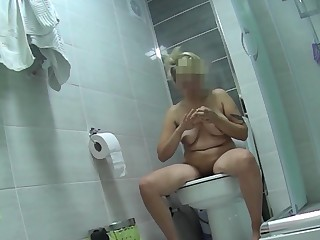 Short see red tattooed blonde pissing in wc
