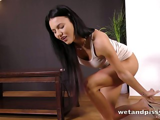 Seductively sexy pee loving babe unceasingly wants to pee